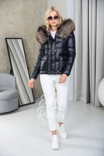 Короткая пуховая куртка с меховым капюшоном