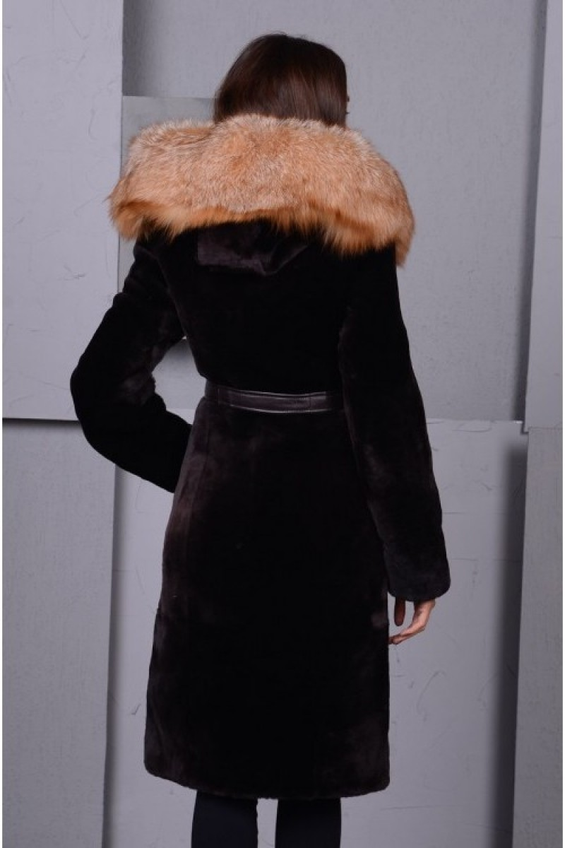 Чёрная шуба из мутона с капюшоном из меха лисы