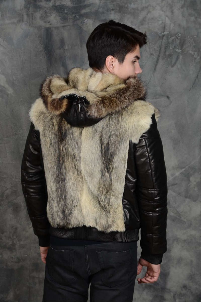 Зимняя кожаная куртка отороченная мехом волка