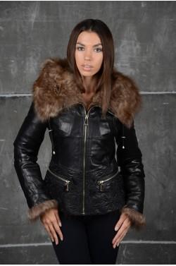 Стильная кожаная куртка меховым  капюшоном