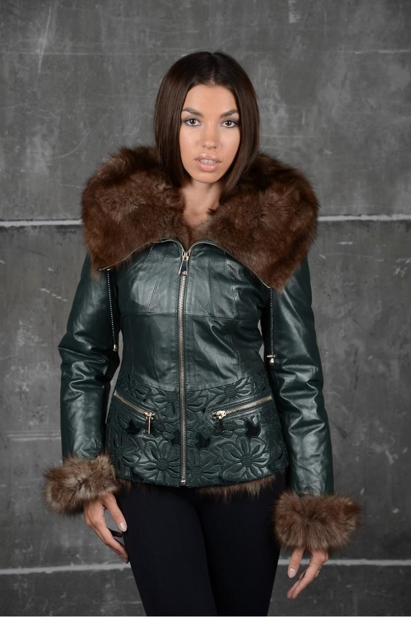 Короткая кожаная куртка с мехом.