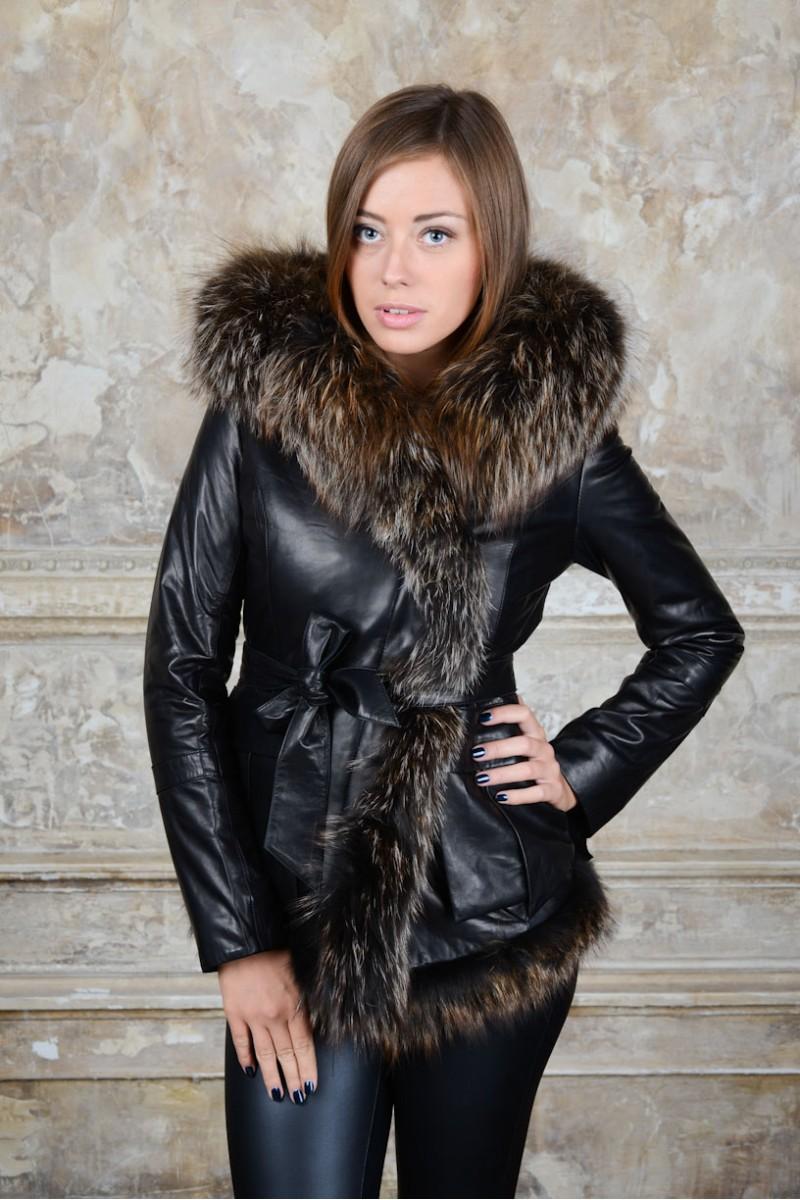 Отороченная пушистым енотом женская кожаная куртка