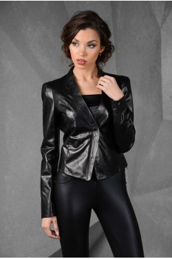 Короткая кожаная женская куртка