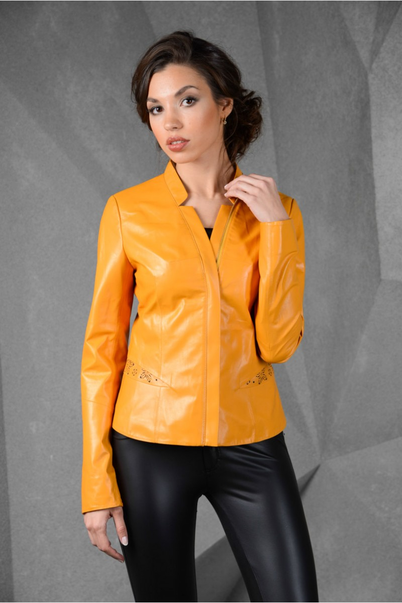Весенняя кожаная женская куртка