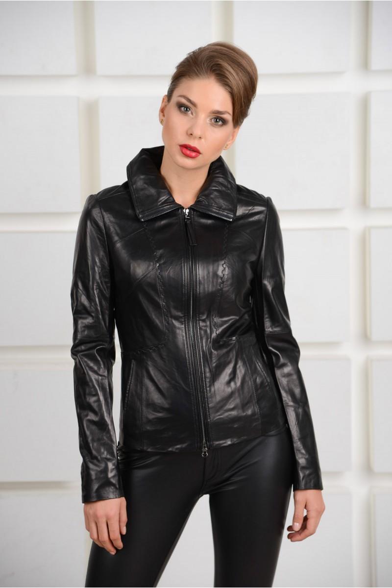 Красивая кожаная женская куртка