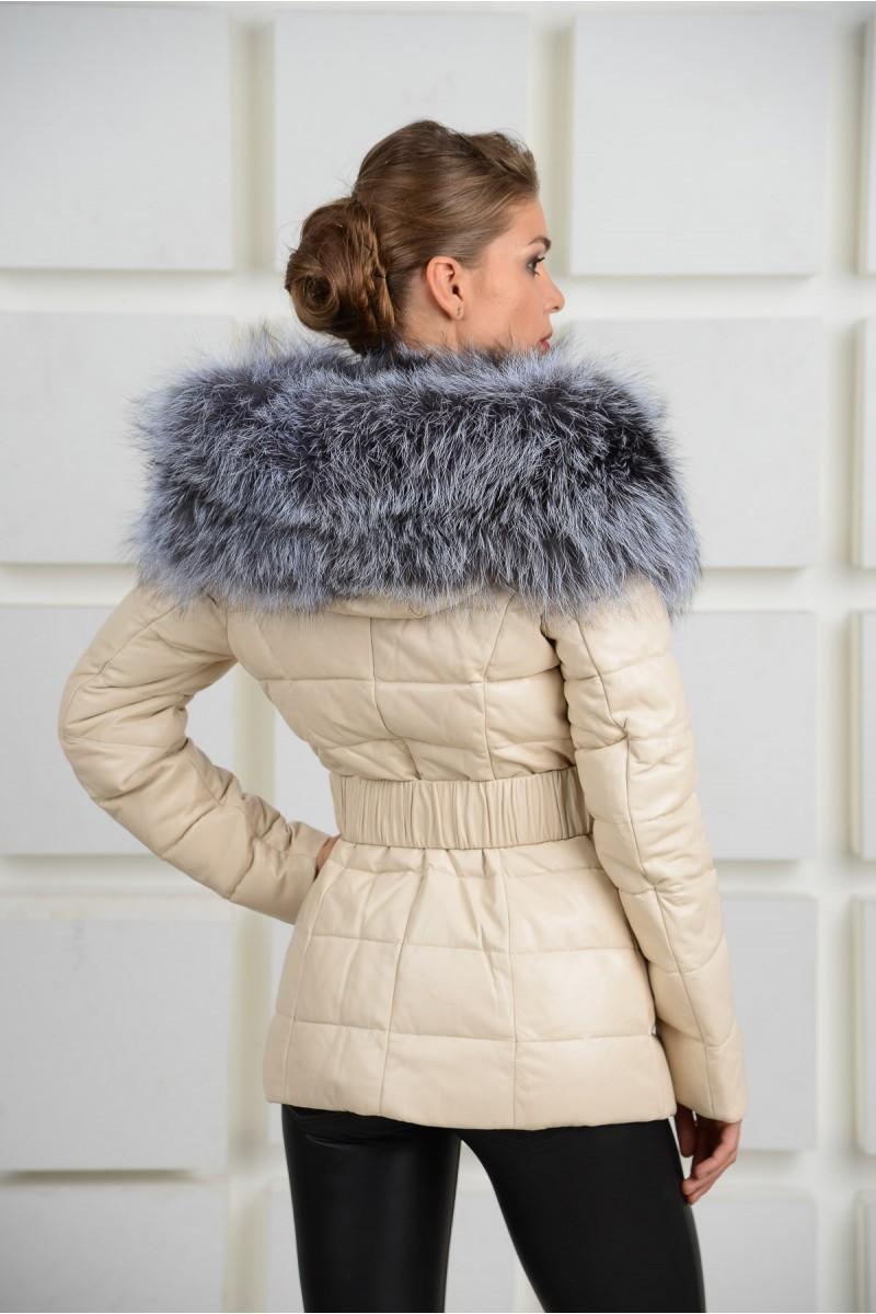 Модная кожаная женская куртка бежевого цвета