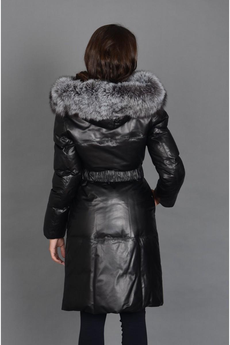 Удлинённый кожаный пуховик с мехом