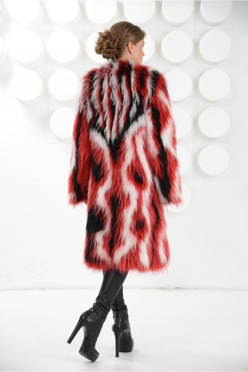 Яркое пальто из меха белого енота