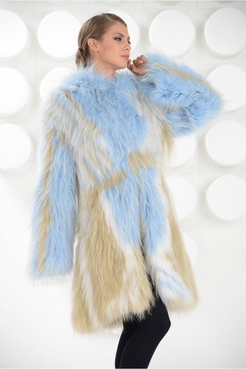 Ультра-модное пальто из меха белого енота